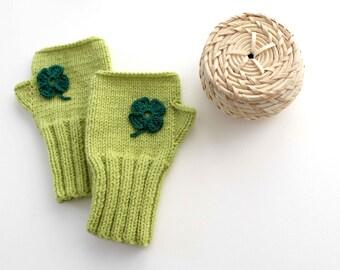 Hand knit with a soft yarn / Winter trends. Valentines days. Shamrock / EtsyXO. St . Patricks days. Winter fashion. Green Glove / Gloveshop