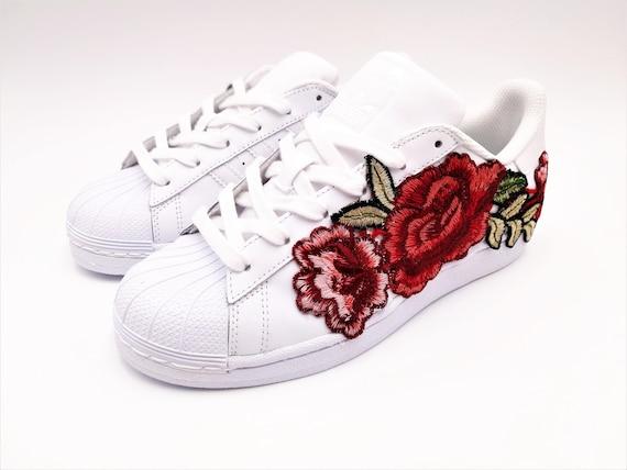 Ordenanza del gobierno Isaac Púrpura  Adidas Superstar Con Flores Bordadas - Flores Imagenes