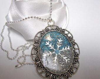 a pendant necklace star snow