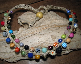 "Short necklace ""Blending"" macrame of linen and various beads"