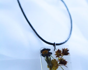 Leather necklace with resin pendant made of flowers and grasses