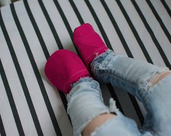 Hot Pink Linen Baby Shoes //Ready to Ship Moccs, Baby Booties, Moccasins, Vegan Montessori Shoes, Rubber Soft Sole, Toddler Slipper, Waldorf
