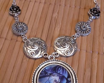 Necklace with silver metal caabochon