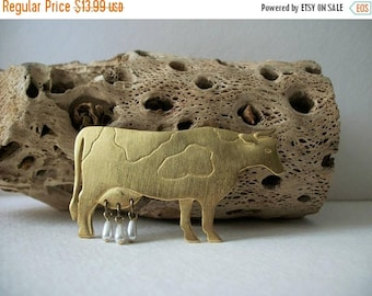 ON SALE Vintage JJ Stamped Gold Tone Cow Faux Pearl Udder Pin 62317