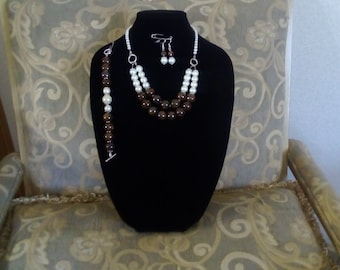 Brown marble and pearls made in sweet water and glass pearls