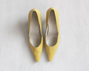 Dead stock yellow pumps shoes / pale yellow shoes / classic stiletto shoes / 50s style shoes / size 38 shoes / stiletto shoes