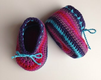 Striped crochet baby booties in organic cotton. Size 0 - 3 months.