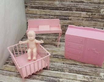 Tabelle MPC Puppenhaus rosa ändern und Laufstall Kommode und Baby mehrere Kunststoffe Corp Kinderzimmer Möbel rosa weichen Kunststoff