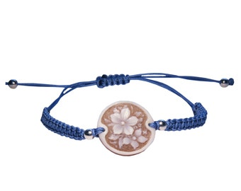 Interwoven bracelet eyeshadows with cameo on sardonic shell and silver beads