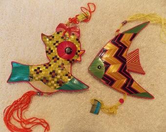 Lot de 4 partie favorise ou ornements, fausse paille dans des couleurs vives et longues franges & pandas 2 accroches, un poisson, un oiseau