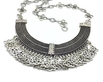 Very worked bib necklace. Floral chain.