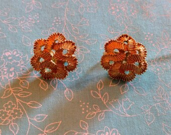 Vintage yellow gold Trifari knot clip in earrings
