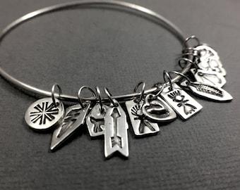 Petite breloque bracelet - bracelet en argent Sterling avec une douzaine minuscules Style amérindien estampillé Charm Bracelet