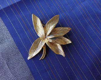 Beautiful Brooch- Bright golden leaves   Great condition - very nice