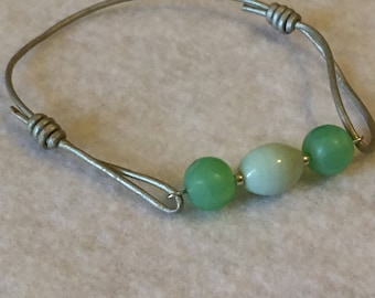 Glass bead and jade green sizable bracelet