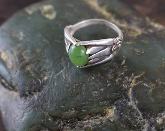 Wyoming Apple Green Jade Egyptian Lotus Style Sterling silver ring Size 6.5