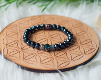 Faceted Czech Glass beaded bracelet in Dark Blue with Aqua centerpiece and Labradorite accents