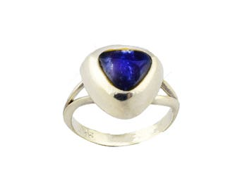 Elegant silver ring with deep blue lapidarya