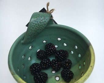 Ceramic berry bowl / small strainer