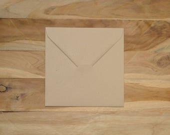 Enveloppe carré en kraft naturel légèrement striée (lot de 15)