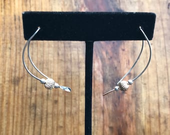 curve earring with 6 mm corregated bead