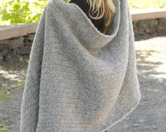 Handmade fisherman chunky blanket / throw in soft alpaca wool with herringbone pattern