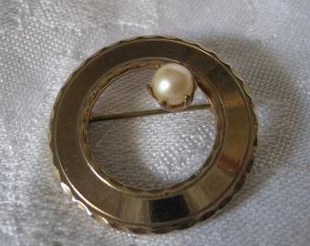 VINTAGE Pearl Gold Metal Circle Costume JEWELRY Brooch