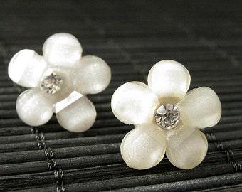 Ivory Cream Daisy Earrings. Ivory Flower Earrings. Rhinestone Earrings. Ivory Earrings. Bronze Post Earrings. Handmade Jewelry.