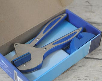 New In Box Blue QuicKutz Hand Tool And Cradle Squeeze Die Cutting Handle