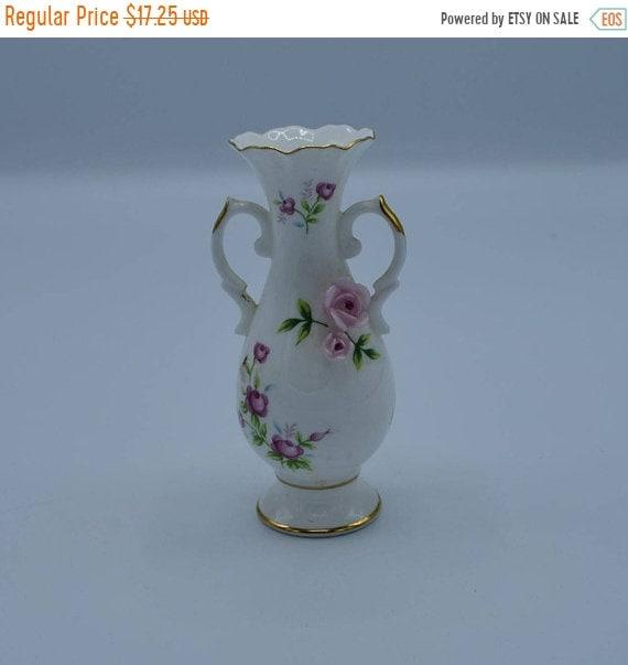 Delayed Shipping Towle Fine Bone China Bud Vase Vintage 3D Pink Roses Gold Trim 2 Handles Bud Vase Dresser Vanity Decor Shabby Chic Cottage
