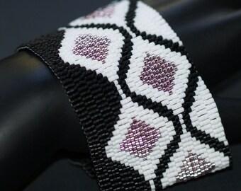 Pink Diamonds ... Peyote Bracelet . Wide Cuff . Beadwoven . Jet Black . Metallic Pink . Seed Beads . Retro . Mod . Geometric . Shimmery