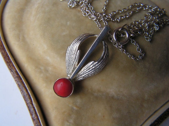 Pretty vintage silver 925 etched pendant with real coral necklace