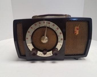 Classic, Vintage  Golden Age Walnut Brown Bakeilte 1951 or 52 Zenith Model H724Z2 AM/FM Tube Radio in excellent working condition.