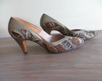 Vintage 60s womens shoes pumps high heels, tapestry, bronze brown blue, pointy toe, Johansen