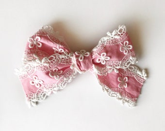 Large Vintage Daisy Lace Bow in Pink