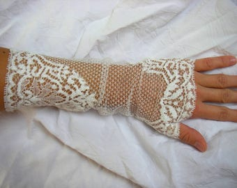 Long white lace, perfect wedding gloves!