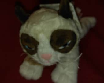 GRUMPY CAT - Is about 7 inches long