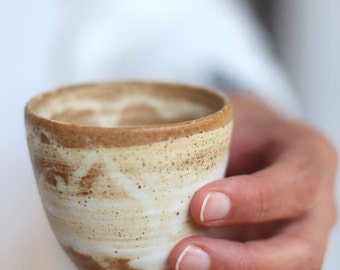 Tasse expresso, Mug blanc, tasse en céramique, une tasse de café à la main, cadeau amoureux de café, une tasse de café rustique, tasse Espresso en grès, tasse en ceramique