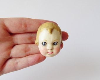 Handgefertigte Puppe Brosche - George Paperclay Antike Puppe Gesicht Pin