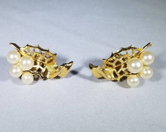 Vintage-Trifari-gold-white-faux pearls-filigree-leaves-Jewelry-clip on-earrings
