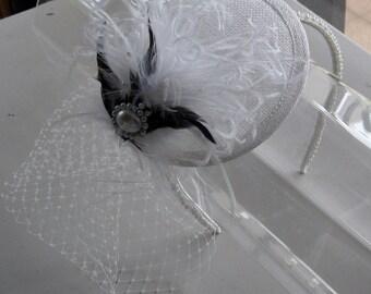 Black und White Feather Sinamay Fascinator Hut mit Schleier und Perlen Stirnband für Bridal, Hochzeiten, Partys, besondere Anlässe