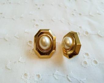 Vintage bouton de nacre faux clip sur boucles d'oreilles en métal doré