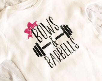Bows and Barbells. Lifting Mom. Lifting Dad. Lifting Baby. Baby that lifts. Fitness baby. Fitness mom. Fitness dad. Workout Baby Crossfit