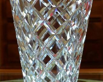 Vase en cristal taillé. Vase français en cristal à décor de croisillons.