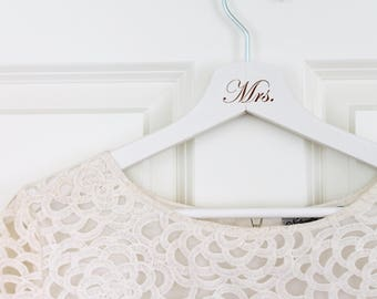 "Coat hanger ""Mr."" and ""Mrs."" for wedding dress / photo accessory / engraved handle of wood"