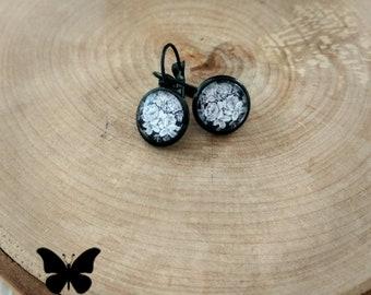Jolis pendants fleuris blanc et noir 12mm