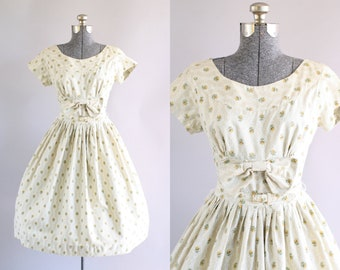 Vintage 1950s Dress / 50s Cotton Dress / Beige and White Ditsy Floral Print Dress w/ Decorative Bow and Original Waist Belt S