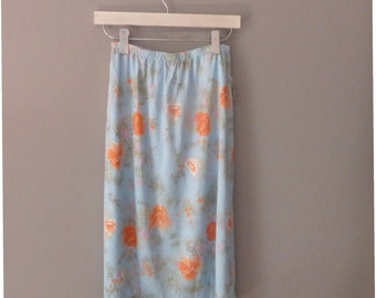 1970s hippie skirt. XL size. Light blue poly floral skirt by Siltex. Vintage dead stock, with its tags from the shop, excellent condition.