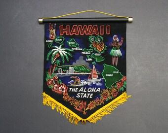 Vintage Kitsch Velveteen Hawaii 'The Aloha State' Souvenir Pennant (E9301)