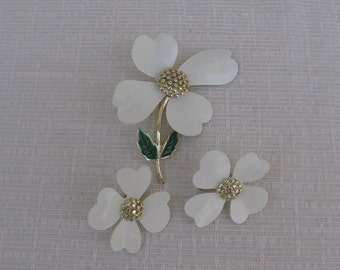 Vintage Sarah Coventry White Dogwood Pin and Earrings / Stick Pin / Clip On Earrings / Spring Summer Floral Jewelry / White Gold Toned Metal